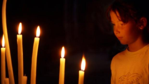 Enfant devant des bougies