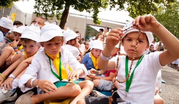 Jeunes enfants lors de la messe de l'Assomption