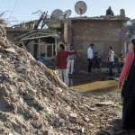 2 mars 2016 : Après 78 jours de couvre-feu, les habitants de la ville de Cizre majoritairement peuplée de kurdes, ont pu regagner leurs domiciles qu'ils avaient quittés mi-décembre 2015. Les combats entre les rebelles du PKK et l'armée turque ont laissé beaucoup de maisons détruites notamment dans le quartier de Nur. Une femme regarde un bâtiment totalement détruit. Cizre, province de Sirnak, Turquie.