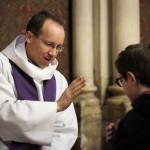 27 novembre 2016 : Le père Augustin DENECK donne le sacrement de réconciliation à un jeune garçon. Paroisse Saint-Ambroise, Paris (75), France.
